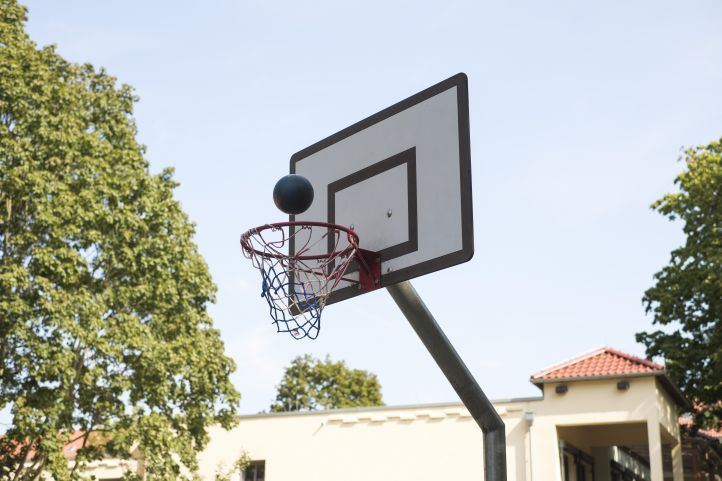 Ball fliegt in Basketballkorb